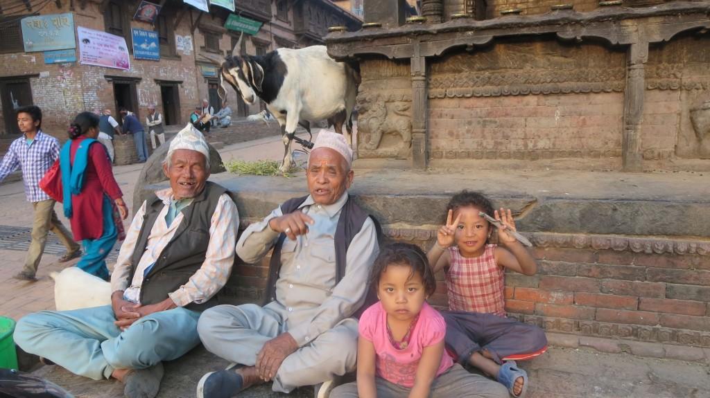 Stufen zum Tempel mit Ziege